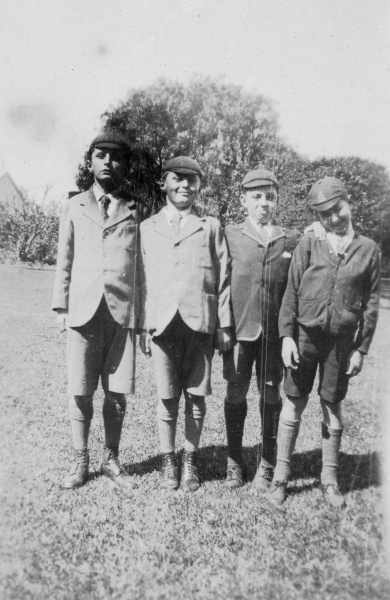 File:1920-denis-adrian-conan-doyle-with-two-boys-in-melbourne.jpg