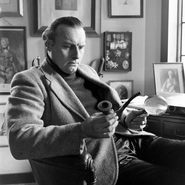 File:1948-03-adrian-conan-doyle-with-pipe-and-magnifying-glass-01.jpg