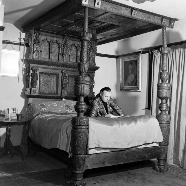 File:1948-03-adrian-conan-doyle-reading-on-bed.jpg