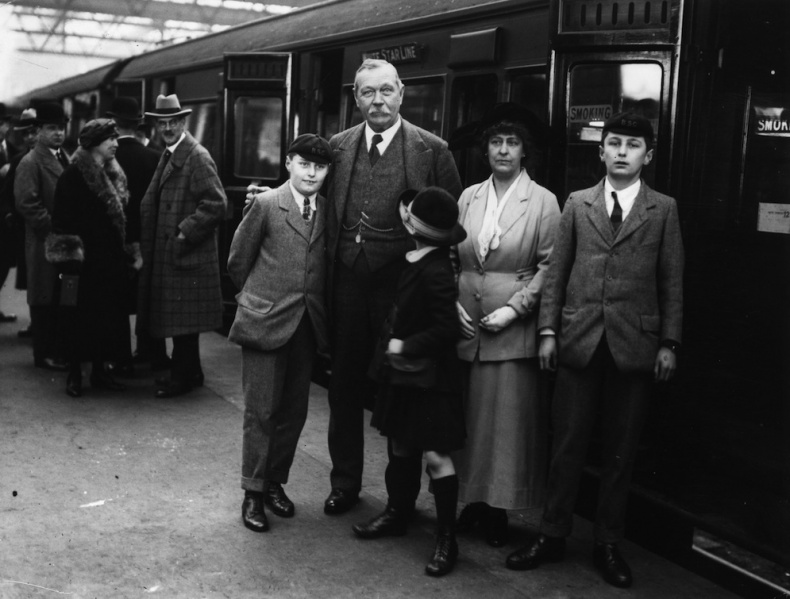 File:1923-03-arthur-conan-doyle-and-family-at-victoria-station-departing-to-usa2.jpg