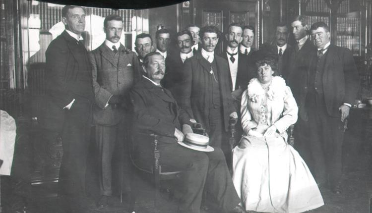 File:1908-07-31-arthur-and-jean-conan-doyle-with-dorando-pietri-at-carmelite-house-in-london.jpg