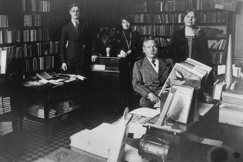 File:1925ca-arthur-conan-doyle-with-mary-and-two-employees-psychic-bookshop.jpg