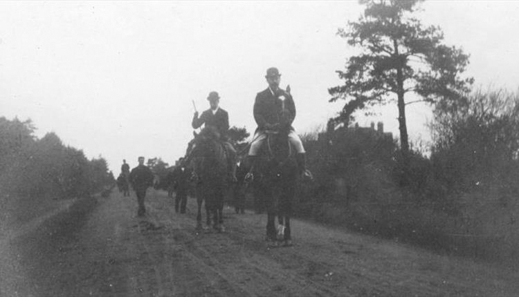 File:1899-03-arthur-conan-doyle-at-chiddingfold-hunt-surrey.jpg