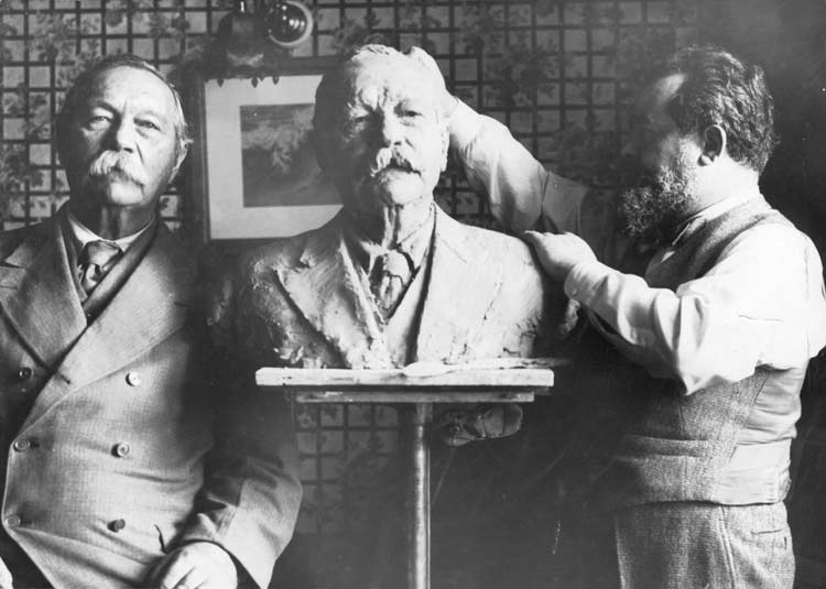 File:1930-01-15-arthur-conan-doyle-posing-with-sculptor-jo-davidson-at-15-buckingham-palace-mansions.jpg