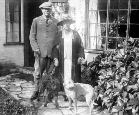 File:1927-arthur-and-jean-conan-doyle-with-dogs-at-bignell-wood.jpg