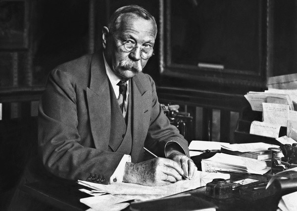 File:1923-arthur-conan-doyle-writing-at-his-desk.jpg