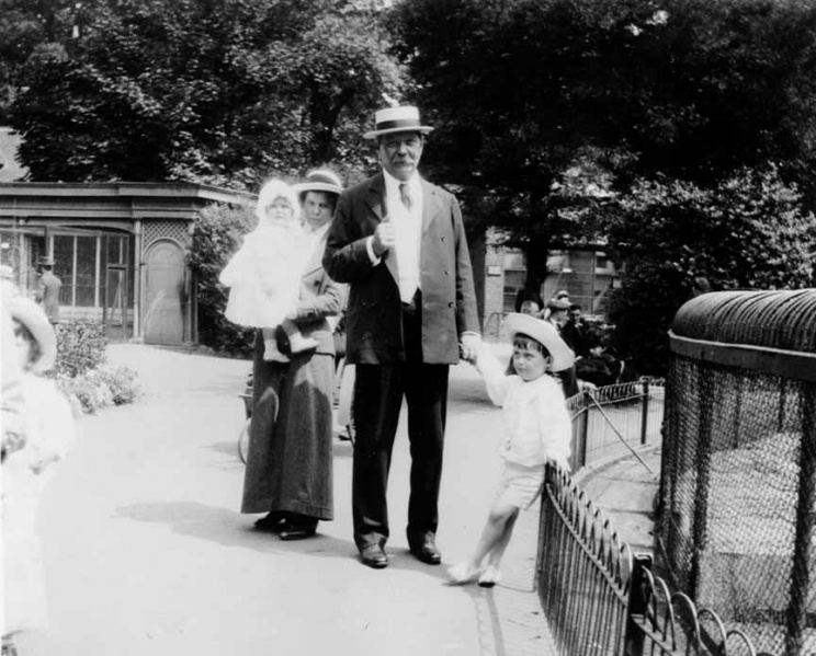 File:1914-07-arthur-conan-doyle-with-lenajean-denis-at-london-zoo.jpg