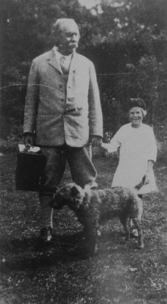 File:1926ca-arthur-conan-doyle-with-gardener-daughter-and-dog.jpg