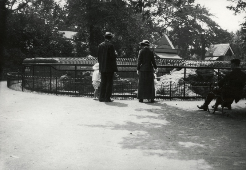 File:1914-07-arthur-conan-doyle-with-lenajean-denis-at-london-zoo2.jpg