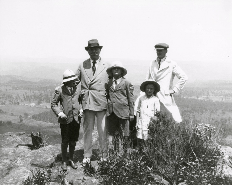 File:1921-01-arthur-conan-doyle-and-children-at-blue-mountains-australia3.jpg