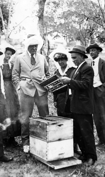 File:1921-01-arthur-conan-doyle-and-family-visit-h-l-jones-bee-farm-in-australia.jpg