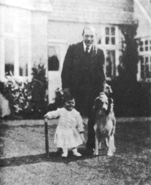 File:1909-arthur-conan-doyle-and-his-son-denis-and-dog-roy.jpg