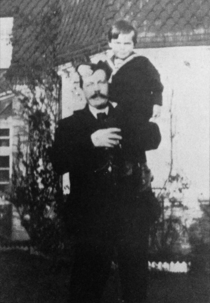File:1897-arthur-conan-doyle-and-kingsley-on-the-terrace-at-grayswood-beeches.jpg