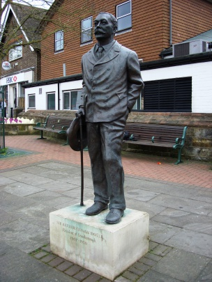 Statue-arthur-conan-doyle-clokes-corner-beacon-road-crowborough.jpg