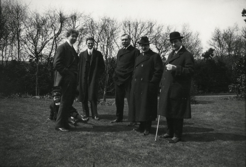 File:1914-arthur-conan-doyle-with-visitors-at-windlesham2.jpg