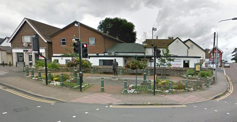 Statue-arthur-conan-doyle-clokes-corner-beacon-road-crowborough-building.jpg