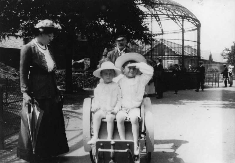 File:1914-07-adrian-denis-conan-doyle-london-zoo.jpg