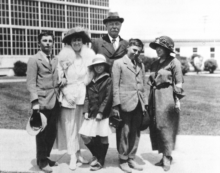File:1923-arthur-conan-doyle-and-family-at-hollywood-with-june-mathis-of-goldwyn-studios.jpg