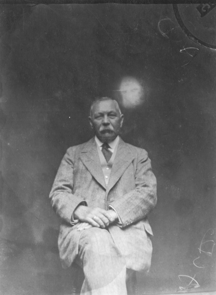File:1920ca-arthur-conan-doyle-and-spirit.jpg