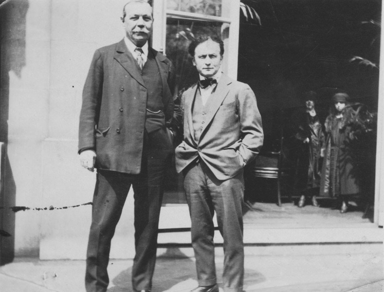 File:1923-arthur-conan-doyle-and-harry-houdini-in-america.jpg