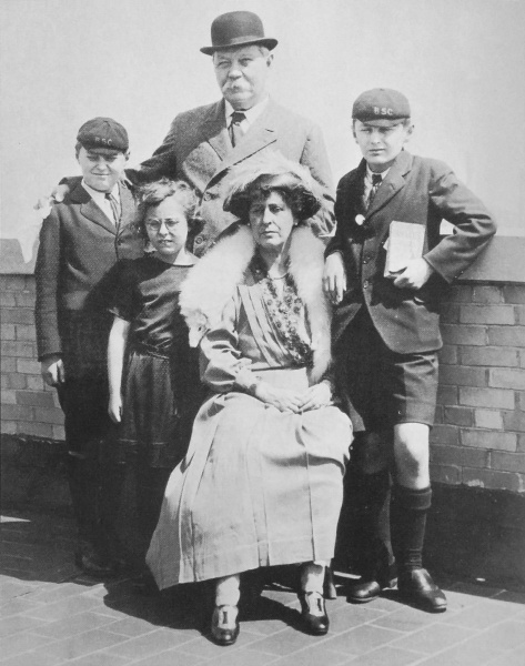 File:1922-04-arthur-conan-doyle-and-family-usa1.jpg