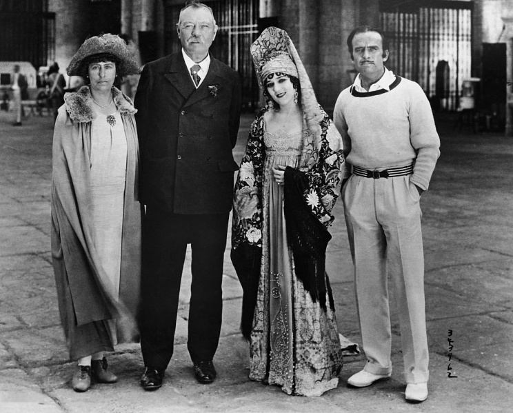 File:1923-05-25-arthur-conan-doyle-and jean-with-mary-pickford-and-douglas-fairbanks.jpg