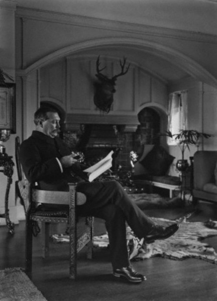 File:1912ca-arthur-conan-doyle-reading-at-windlesham.jpg