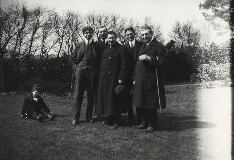 File:1914-arthur-conan-doyle-with-visitors-at-windlesham1.jpg