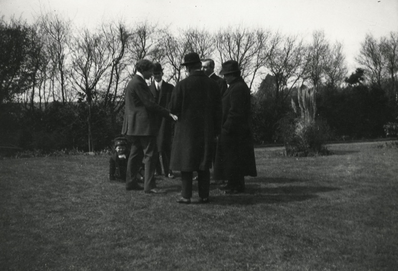 File:1914-arthur-conan-doyle-with-visitors-at-windlesham3.jpg